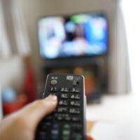 繊細な人が疲れた時にテレビをつけながら寝る心理ってどんなもの?